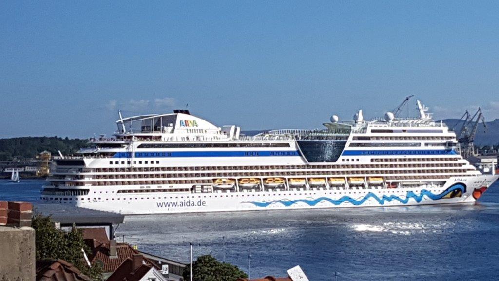 """""""AIDAsol"""" er på 71.304 tonn, er 253 m lang og kan normalt ta snaut 2.200 passasjerer"""